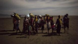 Des réfugiés rohingyas venant de traverser la frontière entre la Birmanie et le Bangladesh, le 29 septembre.