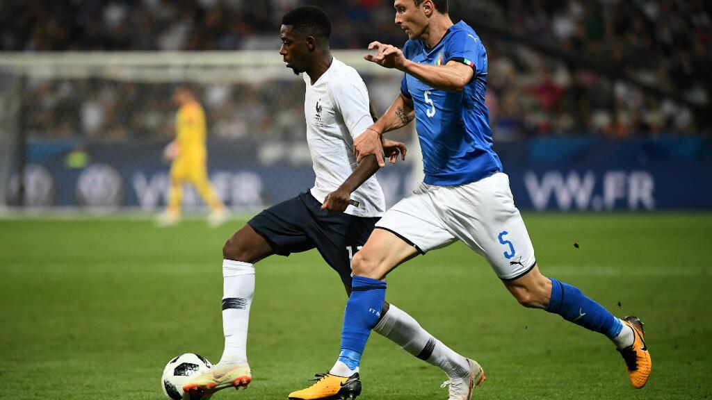 L'attaquant du FC Barcelone, Ousmane Dembélé, ici à la lutte avec Mattia Caldara, a marqué un but sublime lors du match amical France-Italie, le 1er juin 2018 à Nice.