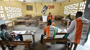 Des membres de la commission électorale independante dans un bureau de vote à Yopougon, le 30 octobre 2016.