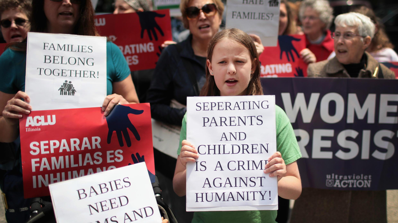 Manifestantes protestan contra las políticas migratorias del presidente Donald Trump que permite a los agentes federales separar familias al pasar la frontera entre México y Estados Unidos, en Chicago, Estados Unidos, el 5 de junio de 2018.