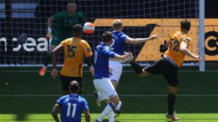 Leander Dendoncker (N.32) coupe la trajectoire du ballon pour le 2e but de Wolverhampton lors de la réception d'Everton, le 12 juillet 2020