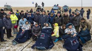 Les Russes Mikhaïl Kornienko et Sergueï Volkov et l'Américain Scott Kelly, mercredi 2 mars 2016, après leur atterrissage dans les steppes du Kazakhstan.