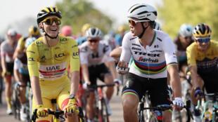 Le maillot jaune Tadej Pogacar et le champion du monde Mads Pedersen, le 20 septembre 2020 lors de la dernière étape du Tour de France, à Paris