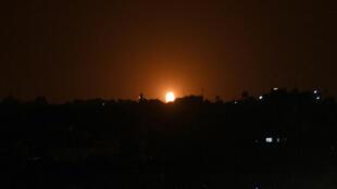 تصاعد النيران جراء غارة إسرائيلية على دير البلح في 20 تشرين الأول/أكتوبر 2020