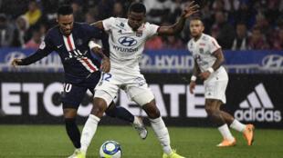 L'attaquant du PSG Neymar dispute le ballon à Thiago Mendes de l'OL, à Lyon le 22 septembre 2019.