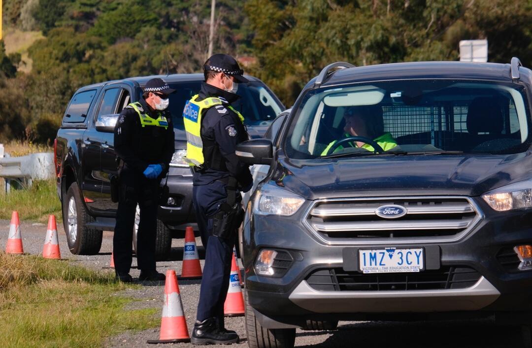 Agentes de la Policía verifican los documentos de los conductores a unos 40 km al noroeste de Melbourne, Australia, el 9 de julio de 2020, ante el inicio del nuevo periodo de confinamiento por la pandemia.