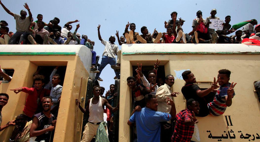 Ciudadanos sudaneses viajan en tren para unirse a las celebraciones de la firma del acuerdo, para compartir el poder de Sudán, que allana el camino para un gobierno de transición.