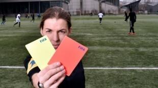 Stéphanie Frappart, première femme à arbitrer un match de foot professionnel masculin, à Paris, le 24 février 2016