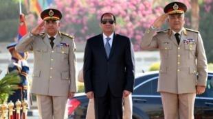 صورة للسيسي (وسط) خلال الاحتفال بعودة سيناء إلى مصر في 24 نيسان/أبريل 2016