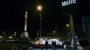 Des clients se pressent autour d'un food truck à Marseille peu avant le début d'un couvre-feu le 16 octobre 2020