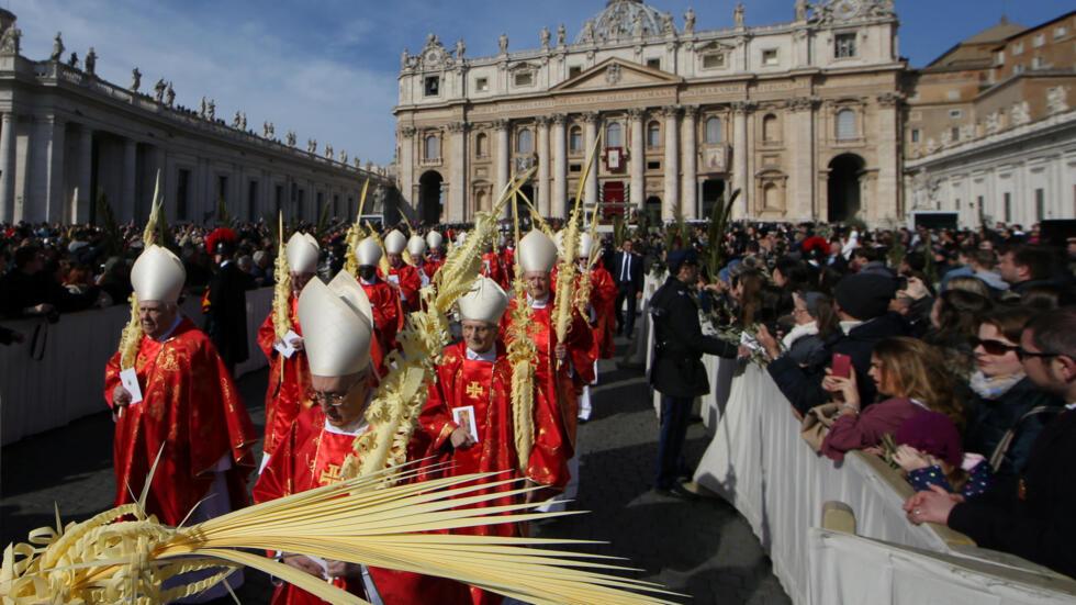 Los cardenales llegan para asistir a la Misa del Domingo de Ramos en la Plaza de San Pedro en el Vaticano, el 25 de marzo de 2018.