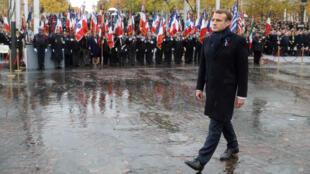 El presidente francés, Emmanuel Macron, camina frente al Arco del Triunfo durante la ceremonia de conmemoración de los cien años del armisticio en París, el 11 de noviembre de 2018.