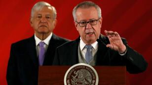 El secretario de Hacienda, Carlos Urzúa, brinda una conferencia de prensa con el presidente Andrés Manuel López Obrador detrás en el Palacio Nacional en Ciudad de México, el 15 de febrero de 2019.
