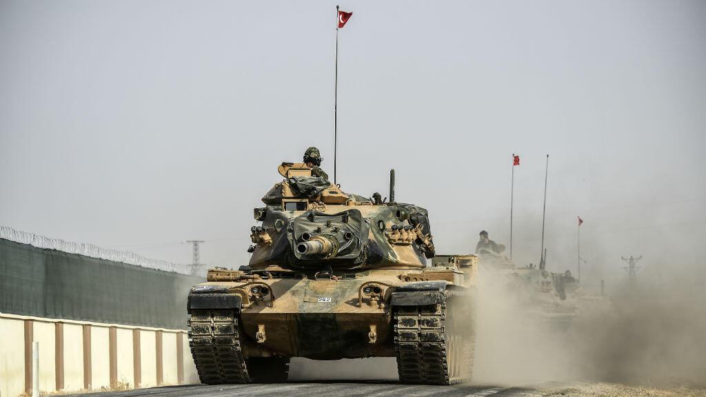 Un tank de l'armée turque progressant le long de la frontière turco-syrienne, le 25 août.