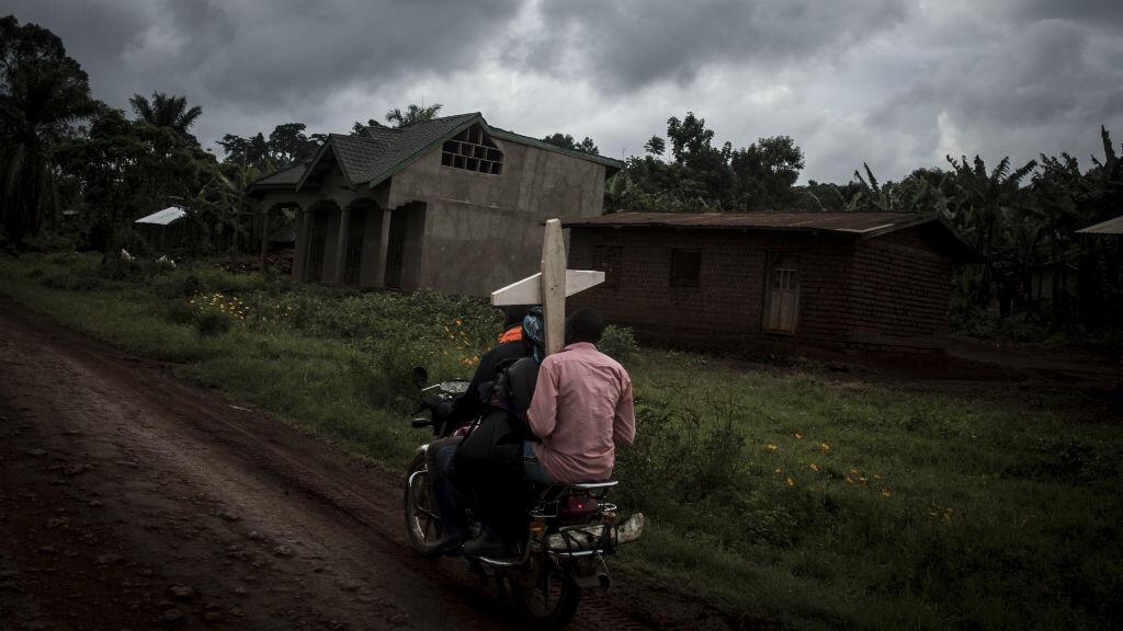 Des Congolais se rendent à un cimetière près de Beni, dans le Nord-Kivu, le 23 août 2018.
