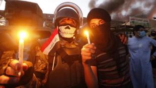 Los manifestantes iraquíes encienden velas frente a los edificios oficiales mientras se manifiestan contra el Gobierno y la falta de servicios básicos en Basora, el 6 de septiembre de 2018.