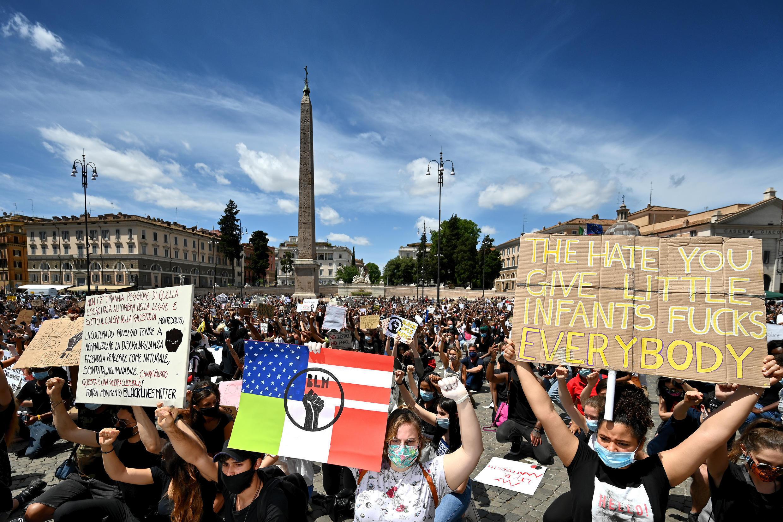 Les manifestants à Rome rejoignent le mouvement mondial contre la discrimination raciale et les méthodes policières, le 7 juin 2020, en Italie.