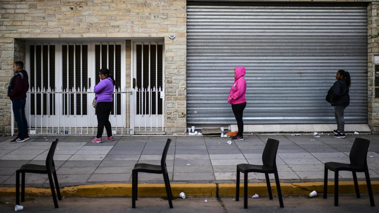 La gente hace fila durante la crisis por coronavirus frente a un banco en el municipio de José C Paz, provincia de Buenos Aires, el 4 de abril de 2020.
