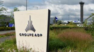 Le logo du groupe ADP, devant le siège de Tremblay-en-France, près de l'aéroport de Roissy.