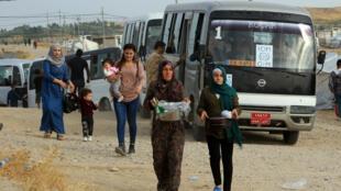 عائلات سورية تفر من الهجوم التركي على أراضيها وتصل إلى مخيم لاجئين في بردرش على مشارف دهوك، العراق 25 أكتوبر/ تشرين الأول 2019.