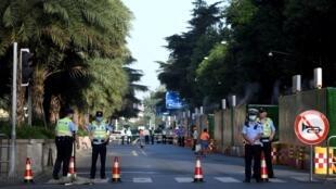 عناصر شرطة على طريق مؤد إلى قنصلية الولايات المتحدة في شينغدو بتاريخ 27 تموز/يوليو 2020