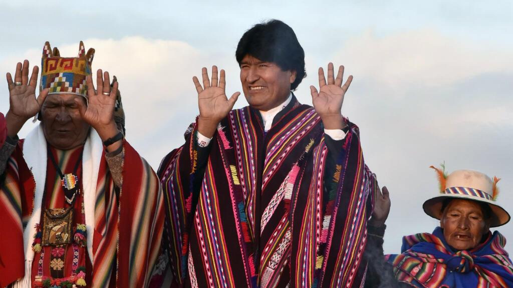 Le président bolivien célèbre son record de longévité, le 21 octobre 2015, lors d'une cérémonie indigène.