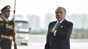 الرئيس البرازيلي ميشال تامر عند وصوله لحضور قمة مجموعة العشرين في هانغتشو الإثنين
