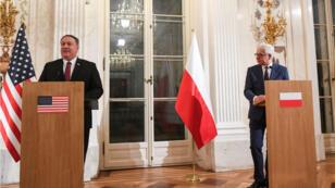 Le ministre des Affaires étrangèers polonais Jacek Czaputowicz (droite) et le secrétaire d'État américain Mike Pompeo, à Varsovie le 13 février 2019.