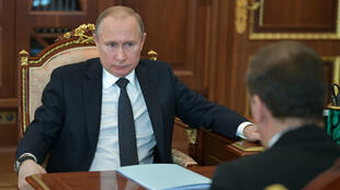 El presidente ruso, Vladímir Putin, conversa con el primer ministro ruso, Dmitry Medvedev durante una reunión en Moscú. Putin recibió en 2016 a Díaz-Canel y en dos oportunidades a Raúl Castro. Abril 10 de 2018.
