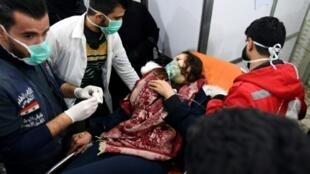 امراة تتلقى العلاج في حلب بعد هجوم كيميائي مفترض.