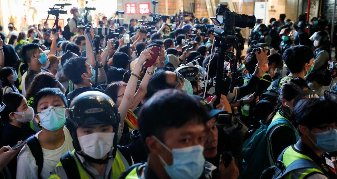 Periodistas cubren las manifestaciones contra la imprementación de la ley de seguridad en Hong Kong, el 1 de julio de 2020.