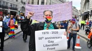 Le 27 juin 2020, à Londres, le militant britannique Peter Tatchell mène une marche avec des militants de la cause LGBT pour marquer le 50e anniversaire de la formation du Front de libération gay de Londres en 1970.