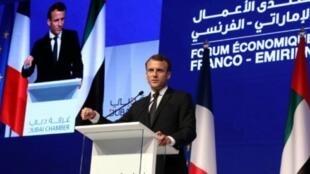 الرئيس الفرنسي ايمانويل ماكرون يلقي خطابا في غرفة التجارة في دبي في 9 تشرين الثاني/نوفمبر.