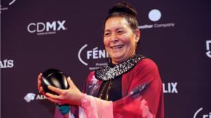 La actriz colombiana Carmiña Martinez con el premio Fénix a mejor actriz, en Ciudad de México, México, el 7 de noviembre de 2018.