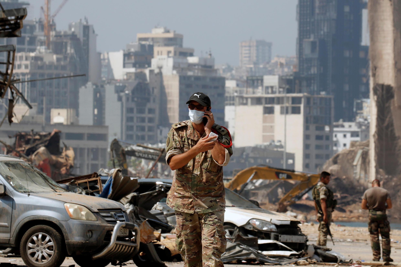 عنصر من عناصر الجيش اللبناني يقف عند مدخل مرفأ بيروت، لبنان، 31 أغسطس/ آب 2020.