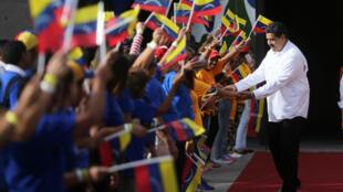 El presidente venezolano, Nicolás Maduro, saluda a los simpatizantes cuando llega a un evento en el Palacio de Miraflores en Caracas, Venezuela, el 19 de enero de 2018