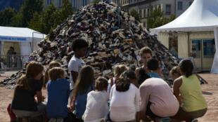 """Des enfants participant à une """"Pyramide de chaussures"""", le 23 septembre 2016 à Lyon."""