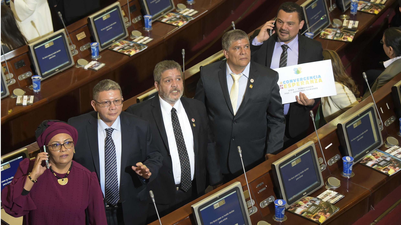 Miembros de la Fuerza Alternativa Revolucionaria del Común (FARC), partido nacido de la guerrilla desmovilizada durante la posesión del Congreso, en Bogotá, Colombia, el 20 de julio de 2018.