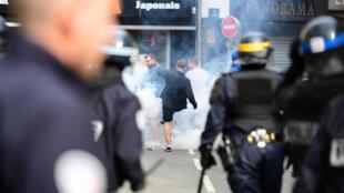 La police a dispersé la foule de supporters anglais à coup de gaz lacrymogène, le 15 juin 2016.
