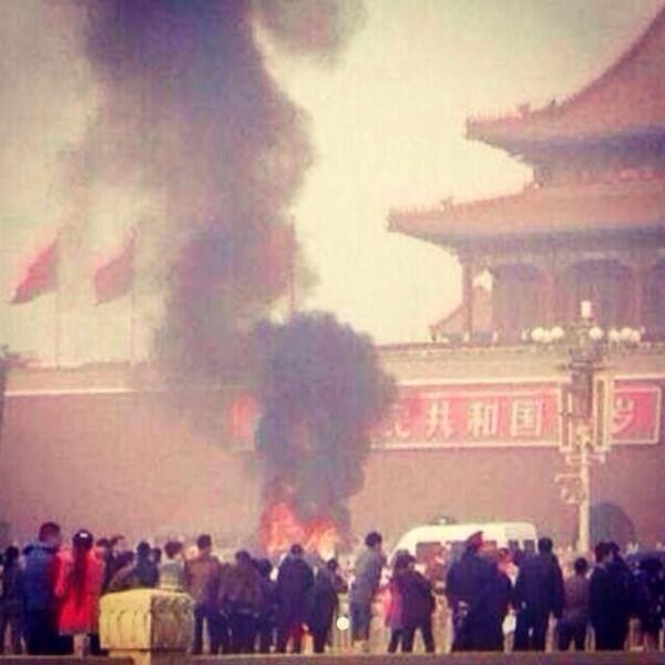 النار في  ساحة تيانانمين في بكين - 2013/10/28