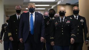 الرئيس الأميركي دونالد خلال ظهور الأول بالكمامة في 11 تموز/يوليو في مستشفى والتر ريد في أحد ضواحي واشنطن