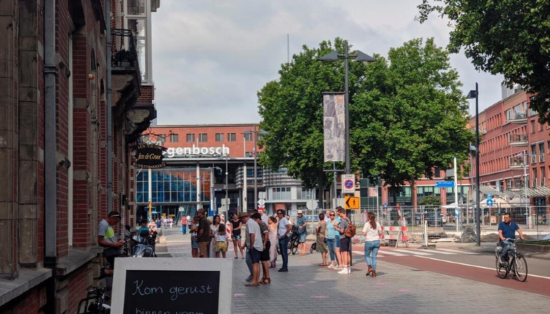 Varias personas pasean sin mascarillas el primero de septiembre de 2020 por Den Bosch, Países Bajos, en medio de la pandemia.