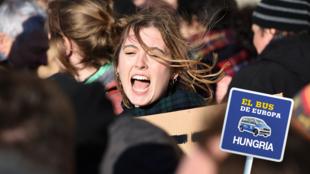 Una joven grita durante una protesta contra la política de educación del Gobierno húngaro frente a la Academia de Ciencias de Hungría, en Budapest, el 12 de febrero de 2019.