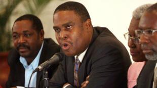 En el centro de los candidatos presidenciales de la primera ronda de Haití de 2011 se encuentra Jean-Henry Céant. Imagen del 10 de enero de 2011 durante una conferencia de prensa en la capital Puerto Príncipe, en Haití.