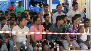 Des migrants au port de Palerme, en Italie, après le sauvetage de leur navire en Méditerranée, le 6 août 2015.