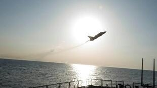 طائرة سوخوي 24 روسية تحلق على ارتفاع منخفض فوق المدمرة الأمريكية دونالد كوك في بحر البلطيق