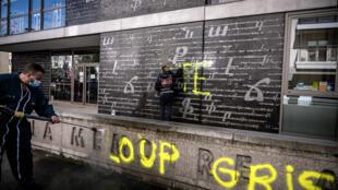 """كتابة عبارة """"الذئاب الرمادية"""" على نصب تذكاري للإبادة الأرمنية في مدينة ليون."""