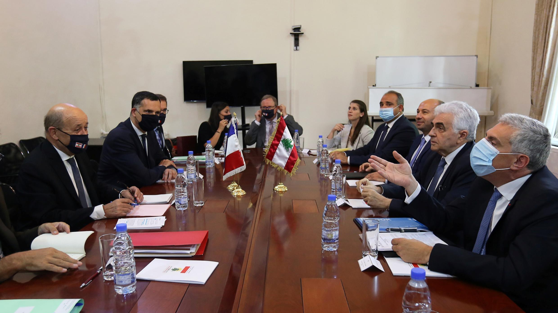 El ministro francés de Asuntos Exteriores, Jean-Yves Le Drian, se reúne con el ministro de Asuntos Exteriores del Líbano, Nassif Hitti, en el Ministerio de Asuntos Exteriores en Beirut, Líbano, el 23 de julio de 2020.