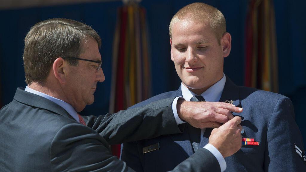 Spencer Stone décoré par le secrétaire américain à la Défense, Ashton Carter, le 17 septembre 2015 au Pentagone.