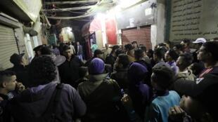 La foule sur les lieux de l'explosion, lundi 18 février 2019 au Caire.